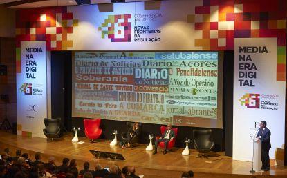 Imagem da sessão de abertura. Da esquerda para a direita, Teresa Caeiro, Vice-Presidente da Assembleia da República, Luís Reto, Reitor do ISCTE-IUL e Carlos Magno, Presidente da ERC